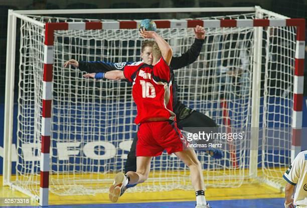 Handball / Maenner EM 2004 in Slowenien Koper Serbien Montenegro Polen SCG POL Adam WISNIEWSKI / POL gegen Torwart Dane SIJAN / SCG 250104