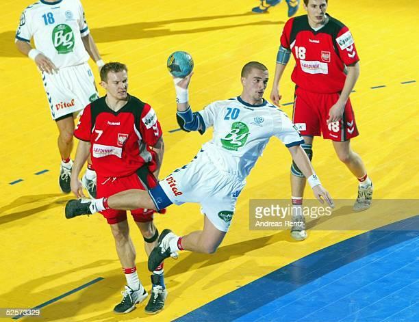 Handball / Maenner EM 2004 in Slowenien Koper Serbien Montenegro Polen SCG POL Dawid NILSSON / POL Ratko NIKOLIC / SCG Piotr GRABARCZYK / POL 250104