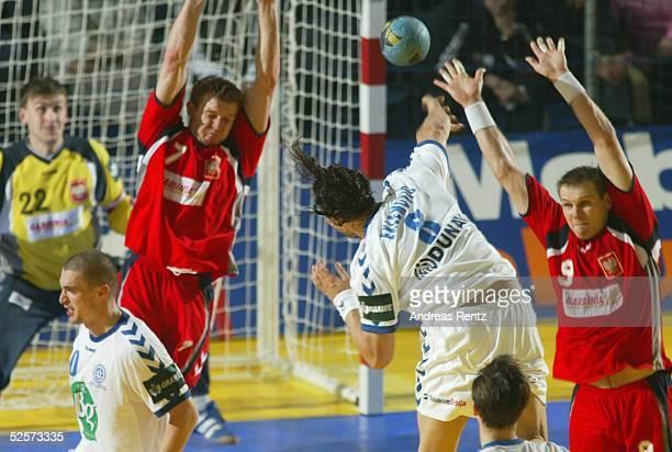 Handball / Maenner EM 2004 in Slowenien Koper Serbien Montenegro Polen SCG POL Torwart Rafal BERNACKI Dawid NILSSON / beide Polen Nikola EKLEMOVIC /...
