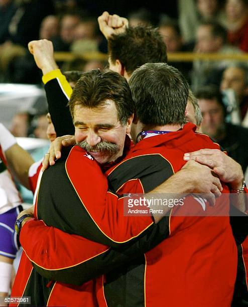 Handball Europameister 2004 Deutschland / GER; Jubel Bundestrainer Heiner BRAND mit einem Teambetreuer 01.02.04.