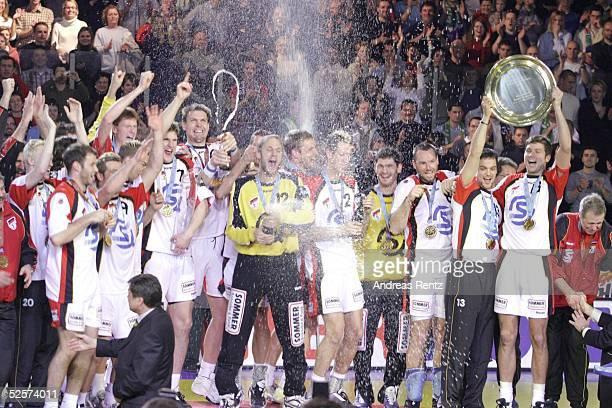 Handball / Maenner EM 2004 in Slowenien Ljubljana Finale / Deutschland Slowenien 3025 Sieger Team GER 010204