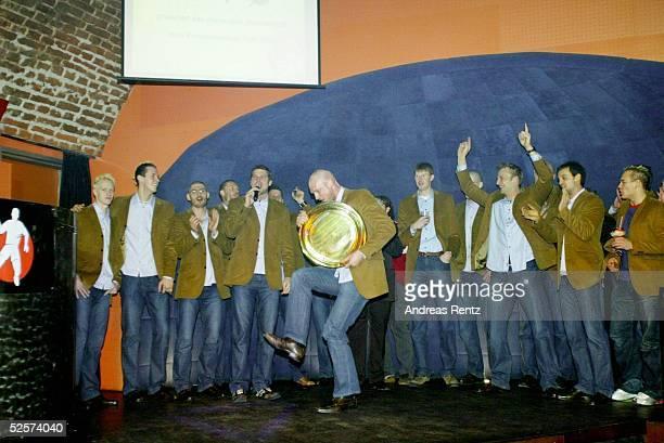 Handball / Maenner EM 2004 in Slowenien Ljubljana Finale / Deutschland Slowenien Nach dem EM Sieg feierte das Team ausgelassen in einem Club 010204