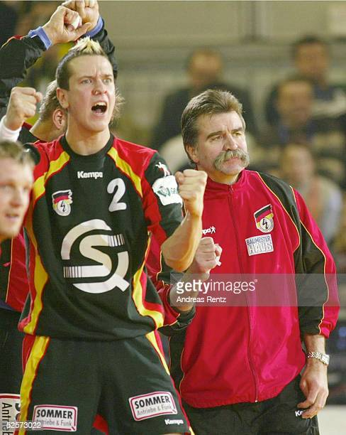 Handball / Maenner EM 2004 in Slowenien Ljubljana Halbfinale / Daenemark Deutschland Pascal HENS und Trainer Heiner BRAND / beide GER jubeln ueber...