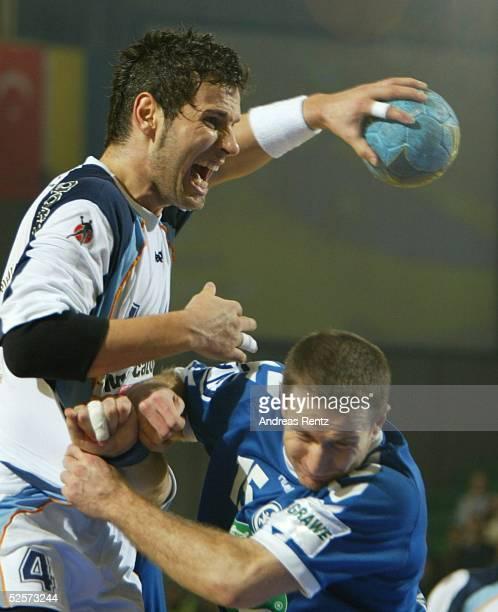 Handball / Maenner: EM 2004 in Slowenien, Ljubljana; Slowenien - Serbien Montenegro ; Renato VUGRINEC / SLO, Vladan MATIC / SCG 27.01.04.
