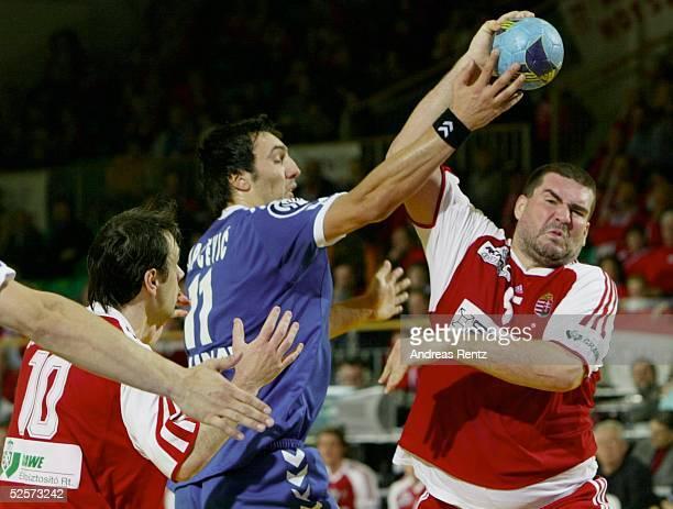 Handball / Maenner EM 2004 in Slowenien Ljubljana Ungarn Serbien Montenegro HUN SCG Balazs KERTESZ / HUN Ivan LAPCEVIC / SCG Richard MEZEI / HUN...