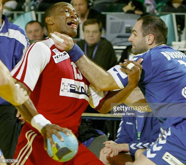 Handball / Maenner: EM 2004 in Slowenien, Ljubljana; Ungarn - Serbien Montenegro ; Ivo DIAZ / HUN, Ratko DJURKOVIC / SCG 28.01.04.