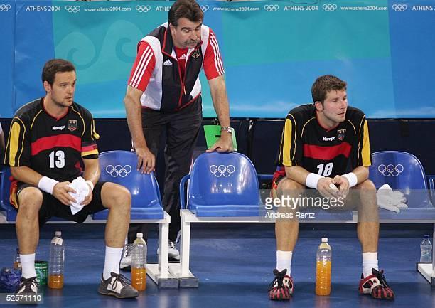 Handball / Maenner Olympische Spiele Athen 2004 Athen Finale Deutschland Kroatien 2426 Markus BAUR Trainer Heiner BRAND Daniel STEPHAN / GER 290804
