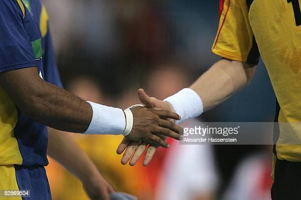 Handball / Maenner Olympische Spiele Athen 2004 Athen Gruppe B / Deutschland Brasilien zwei Spieler geben sich nach dem spiel die Hand 180804