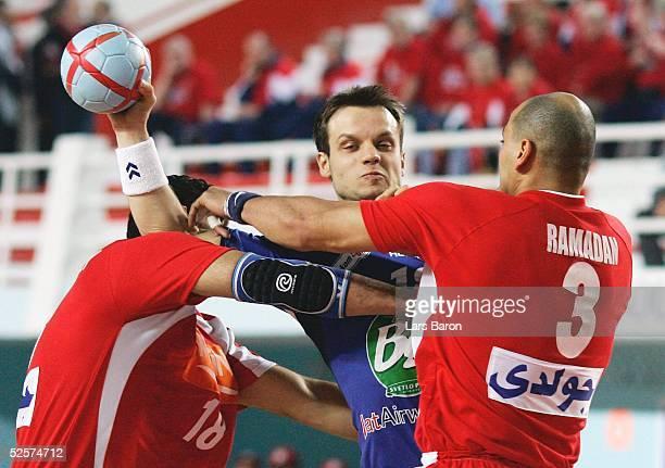 Handball / Maenner: WM 2005, Sousse; Aegypten - Serbien Montenegro 24:22; Hany EL FAKHARANY / EGY, Danijel ANDJELKOVIC / SCG, Ahmed RAMADAN / EGY...