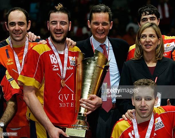 Handball/Maenner : WM 2005, Finale, Rades/Tunis, 06.02.05;Kroatien - Spanien ;Jose Javier HOMBRADOS, Iker ROMERO, Inaki URDANGARIN und dessen Frau...
