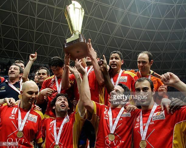 Handball/Maenner WM 2005 Finale Rades/Tunis 060205Kroatien Spanien Spaniescher Jubel ueber die gewonnene Weltmeisterschaft
