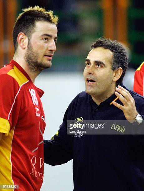 Handball/Maenner : WM 2005, Nabeul, 01.02.05;Spanien - Serbien Montenegro ;Ikar ROMERO, Trainer Felix BROCATE/ESP