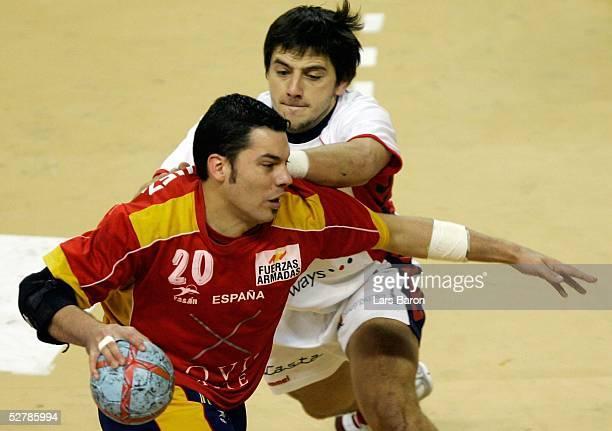 Handball/Maenner : WM 2005, Nabeul, 01.02.05;Spanien - Serbien Montenegro ;Jose Maria RODRIGUEZ/ESP, Vladica STOJANOVIC/SCG
