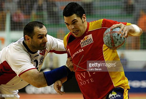 Handball/Maenner : WM 2005, Nabeul, 01.02.05;Spanien - Serbien Montenegro ;Ratko DJURKOVIC/SCG, Jose Maria RODRIGUEZ/ESP