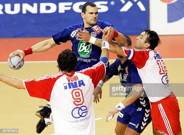 Handball/Maenner : WM 2005, Nabeul, 03.02.05;Kroatien - Serbien Montenegro ;Igor VORI/CRO, Marko KRIVOAPIC/SCG, Ratko NIKOLIC/SCG, Slavko GOLUZA/SCG