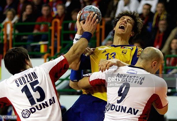 Handball/Maenner : WM 2005, Nabeul, 31.01.05;Serbien Montenegro - Schweden ;Dragan SUDZUM/SCG, Marcus AHM/SWE, Goran DJUKANOVIC/SCG