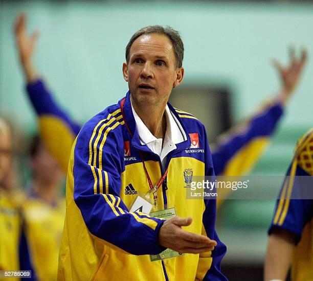 Handball/Maenner : WM 2005, Nabeul, 31.01.05;Serbien Montenegro - Schweden ;Trainer Ingemar LINNELL/SWE
