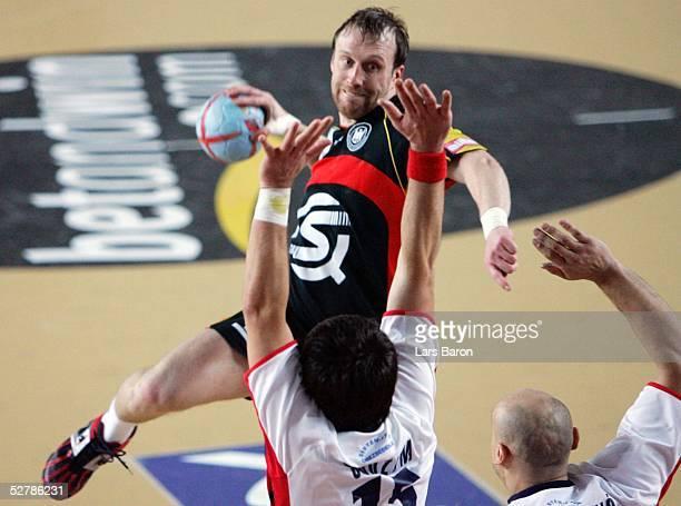 Handball/Maenner : WM 2005, Sousse, 29.01.05;Deutschland - Serbien Montenegro ;Oleg VELYKY/GER, Dragan SUDZUM, Goran DJUKANOVIC/SCG