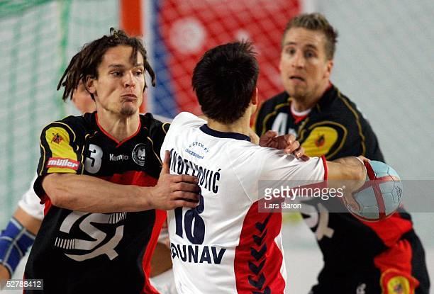 Handball/Maenner : WM 2005, Sousse, 29.01.05;Deutschland - Serbien Montenegro ;Frank von BEHREN/GER, Danijel ANDJELKOVIC/SCG, Oliver ROGGISCH/GER