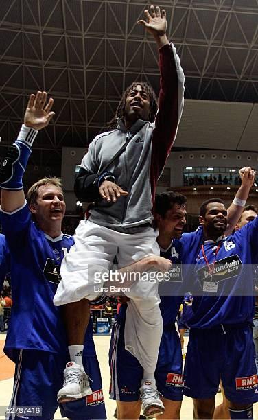 Handball/Maenner WM 2005 Spiel um Platz 3 Rades/Tunis 060205Tunesien Frankreich 2526Die Franzosen feiern den dritten Platz Christophe KEMPE Cedric...