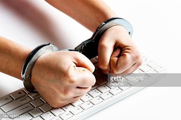 Handcuffed Fäuste auf computer-Tastatur in frustration