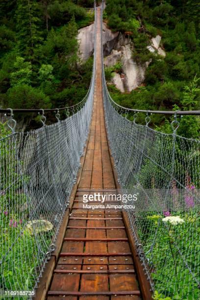 handeckfall suspension bridge over the swiss mountains - hängebrücke stock-fotos und bilder