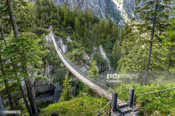 handeckfallbrücke in der schweiz - hängebrücke stock-fotos und bilder