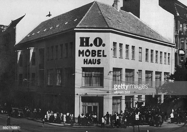 Handelsorganisation setting up national retail business in the Soviet Zone of occupation in Germany crowd in front of the HO furniture shop at...