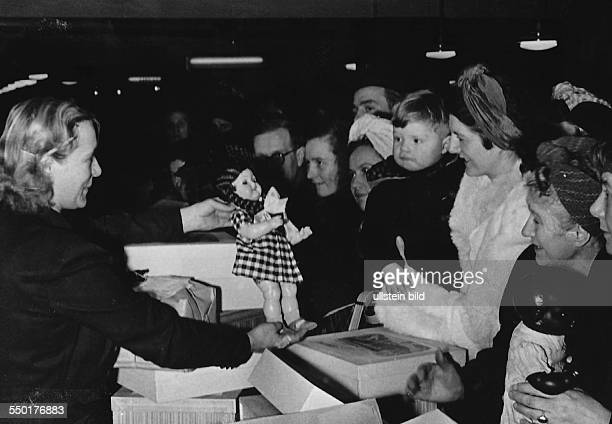 Handelsorganisation setting up national retail business in the Soviet Zone of occupation in Germany crowd of women in the toy department of the new...