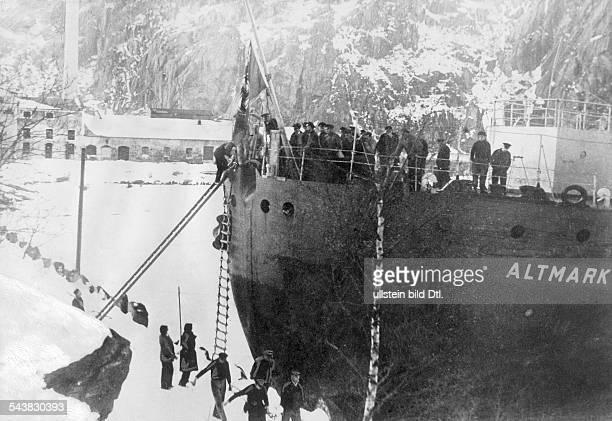 Handelsschiff 'Altmark' Die verwundeten und getöteten deutschen Matrosen werden über eine Jakobsleiter über das Heck der 'Altmark' an Land gebracht...