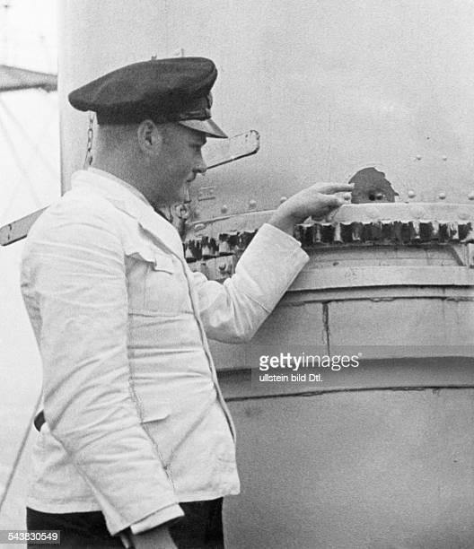 Handelsschiff 'Altmark' Ein Besatzungsmitglied der 'Altmark' zeigt auf Einschusslöcher an Bord Norwegen Jössingfjord Jössinghavn Februar 1940