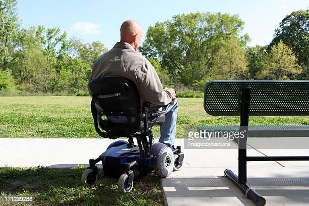 Homme sur le parc pour les personnes à mobilité réduite