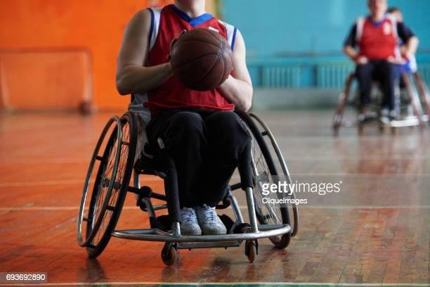 handicapped athlete at basketball match - cliqueimages photos et images de collection