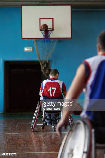 handicapped athletes improving basketball shooting skills - cliqueimages photos et images de collection
