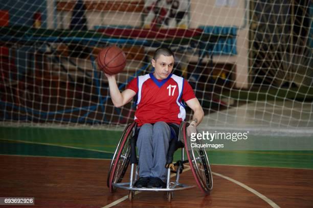 handicapped man playing basketball - cliqueimages photos et images de collection