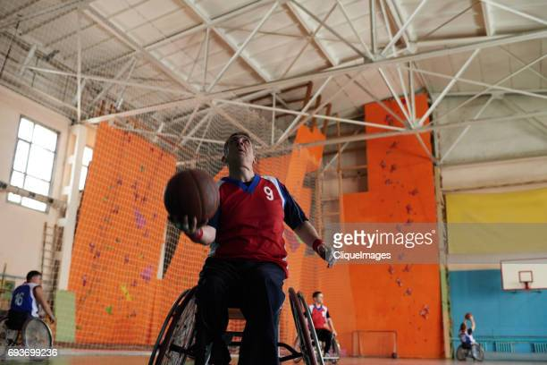 handicapped sportsman shooting a basketball - cliqueimages - fotografias e filmes do acervo