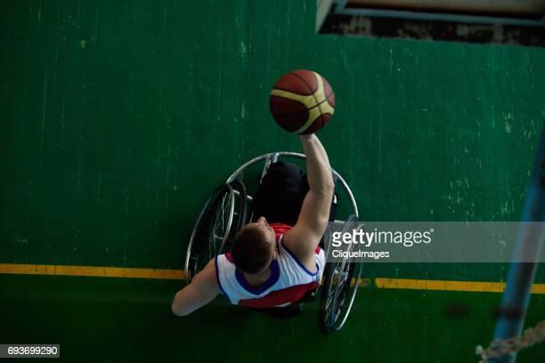 handicapped sportsman shooting hoop - cliqueimages foto e immagini stock
