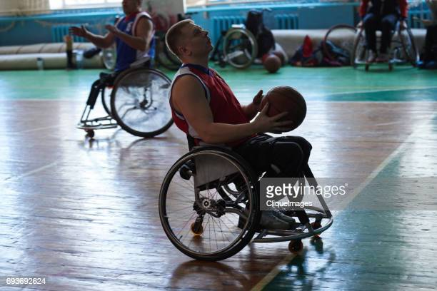 handicapped sportsman with basketball - cliqueimages stockfoto's en -beelden