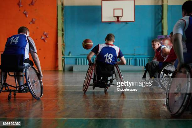 handicapped sportsmen playing basketball - cliqueimages stockfoto's en -beelden
