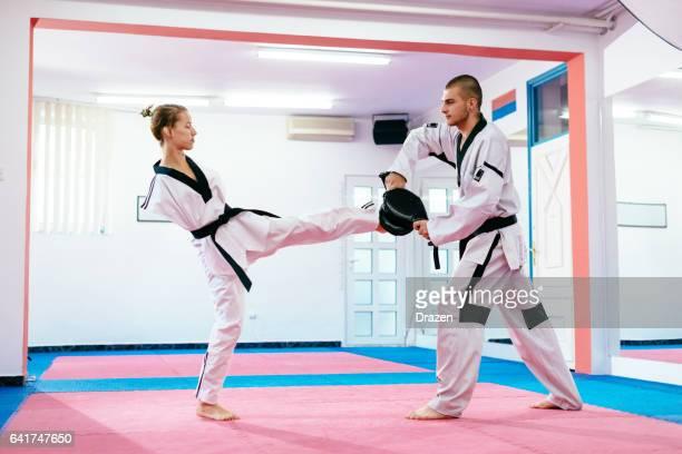 Femme jeune handicapée exercice taekwondo - femmes amputées sur arts martiaux