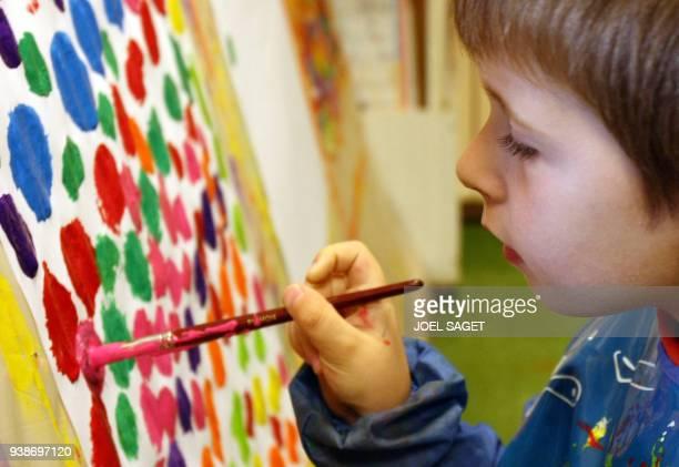 'Handicapés la scolarité presque ordinaire de Théo enfant autiste' Théo atteint de troubles autistiques fait des exercices de peinture le 06 juin...
