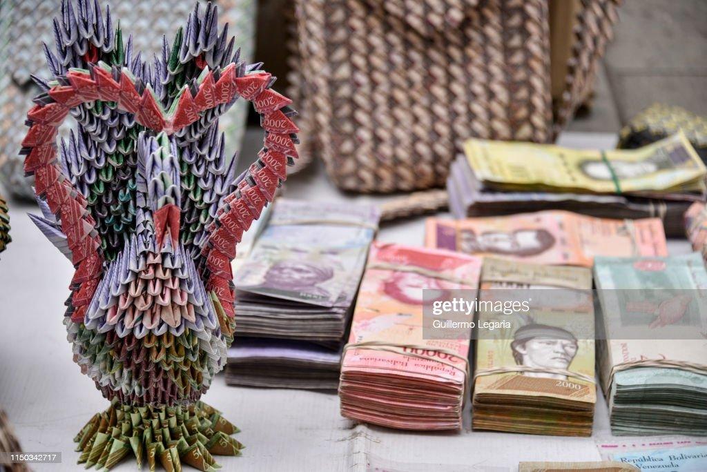 COL: Artists Turn Useless Venezuelan Currency Into Handicrafts