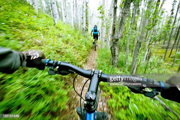Mountainbiken im Wald.