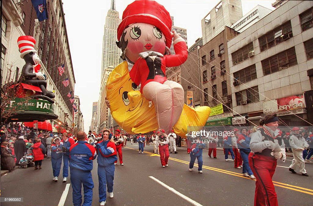 Handlers pull the Betty Boop balloon past Macy's d : News Photo