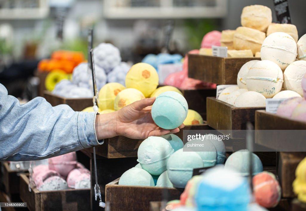 Handgemaakte cosmetica zout bommen voor het bad : Stockfoto