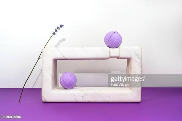 handmade lavender bath bombs and lavender flowers. - belleza de la naturaleza fotografías e imágenes de stock