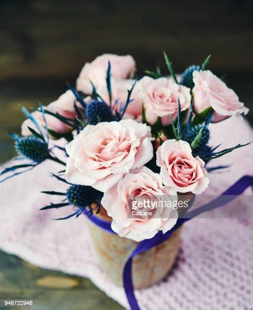 素朴な陶器の花瓶のピンクのバラと手作り母の日ブーケ - purple roses bouquet ストックフォトと画像