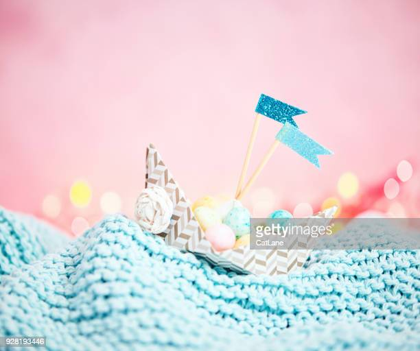 Handgemaakte origami boot vol met kleine paaseieren