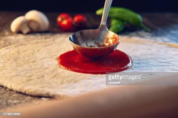 preparazione della pizza fatta a mano - pizza margherita foto e immagini stock