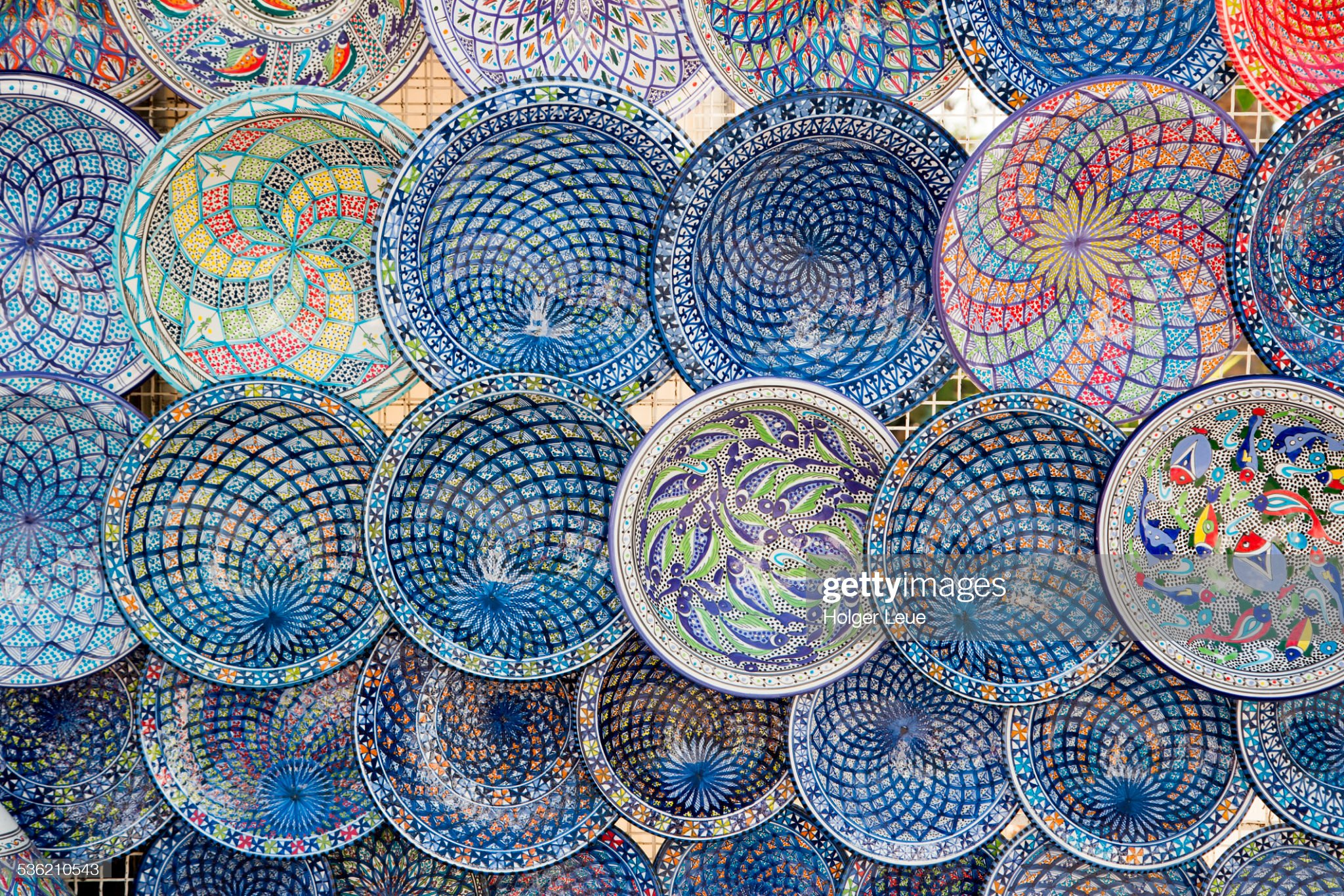 Hand-painted plates for sale at souvenir stand : Foto stock